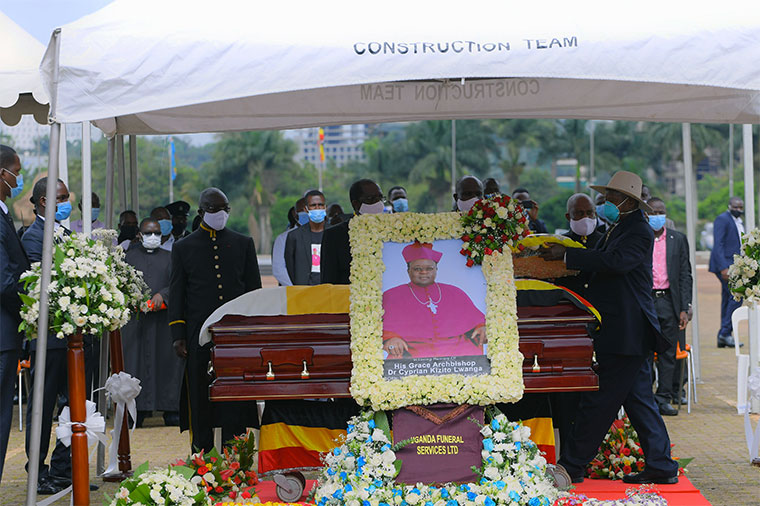 Museveni lays a wreath on Archbishop Cyprian Kizito's casket