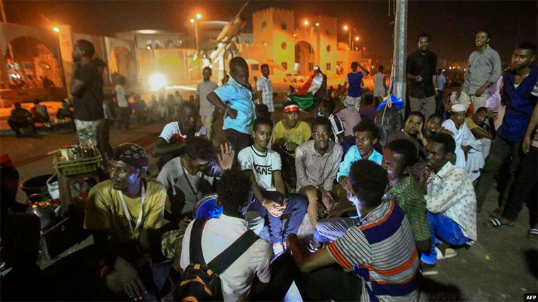Sudanese protesters gather near military headquarters in the capital Khartoum, May 19, 2019, during an ongoing sit-in demanding a civilian-led government